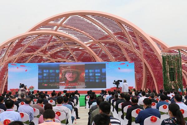 世界月季联合会主席艾瑞安德布里视频连线讲话.jpg