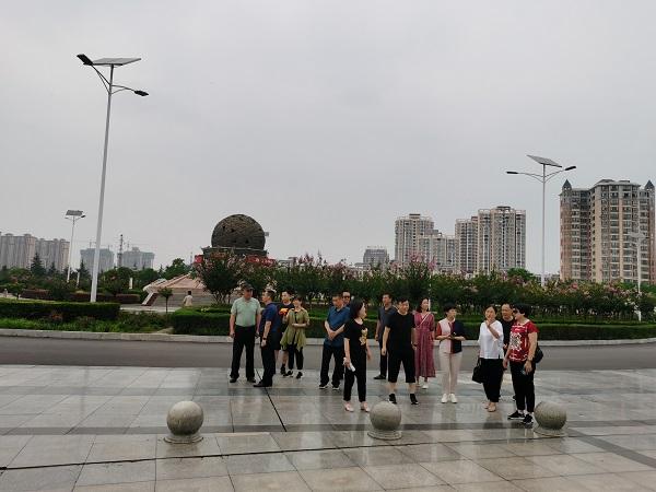 考察团在内乡伏牛山地质公园广场考察.jpg